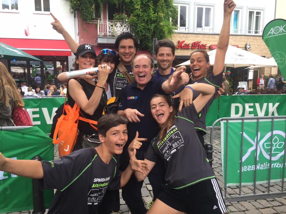 Kölner Altstadtlauf 2017 mit der Speakerin Yvonne de Bark. Eine gute Körpersprache um im Sport